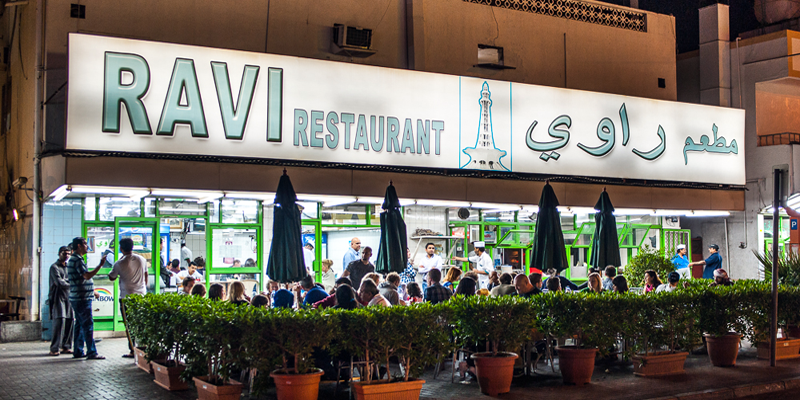 """Nếu hỏi một người bản địa bất kì về nhà hàng bán thức ăn """"chuẩn Dubai"""" nổi tiếng nhất, chắc chắn họ sẽ chỉ bạn đến nhà hàng Ravi.(Ảnh: Internet)"""