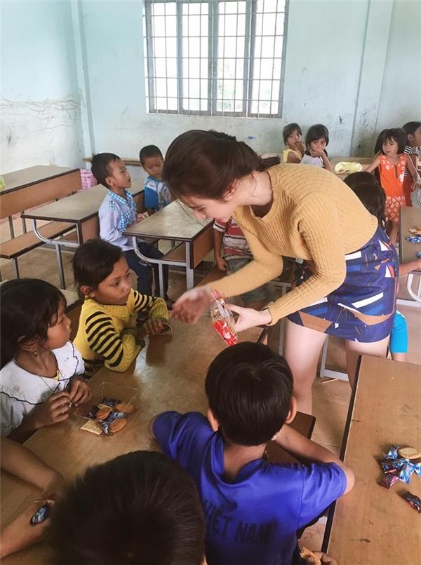 Hết làm màu phản cảm, Angela Phương Trinh hóa cô giáo thân thiện - Tin sao Viet - Tin tuc sao Viet - Scandal sao Viet - Tin tuc cua Sao - Tin cua Sao