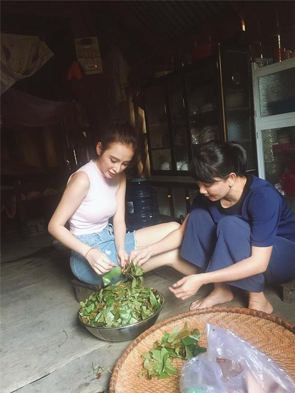 Người đẹp không ngần ngại phụ giúp bà con nơi đây những công việc bếp núc. - Tin sao Viet - Tin tuc sao Viet - Scandal sao Viet - Tin tuc cua Sao - Tin cua Sao