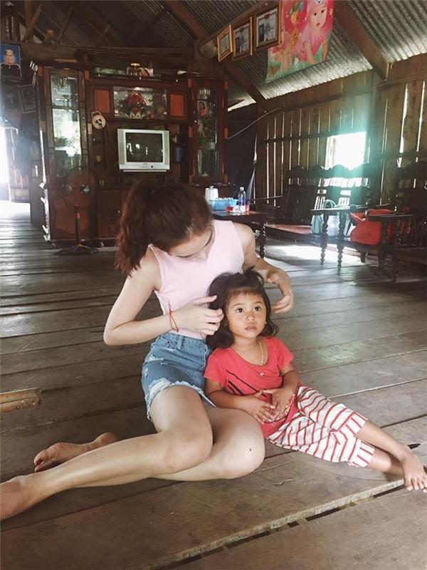 Nữ diễn viên luôn tỏ ra gần gũi khi chủ động chăm sóc các em nhỏ. - Tin sao Viet - Tin tuc sao Viet - Scandal sao Viet - Tin tuc cua Sao - Tin cua Sao