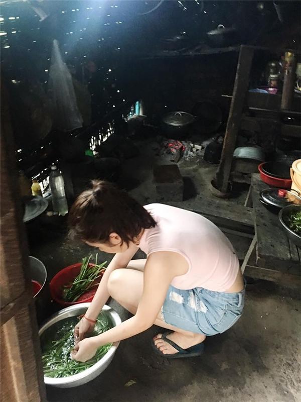 Hình ảnh nữ diễn viên cặm cụi ngồi rửa raukhiến không ít người khen ngợi. - Tin sao Viet - Tin tuc sao Viet - Scandal sao Viet - Tin tuc cua Sao - Tin cua Sao