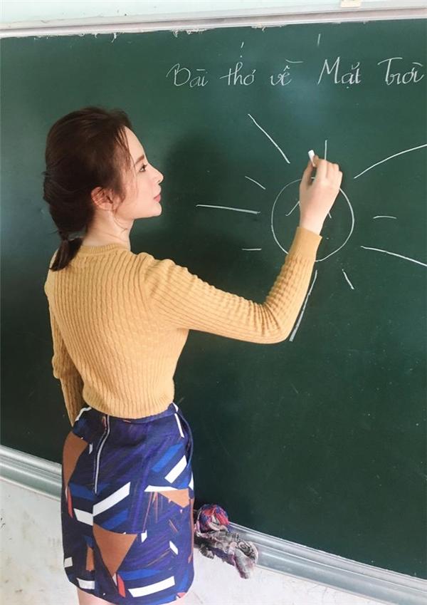 """Nữ diễn viên ăn vận đơn giản và trang điểm mộc mạc. Cô hào hứng khi được """"diễn tập"""" cho vai cô giáo mộttrong phim điện ảnhmới. - Tin sao Viet - Tin tuc sao Viet - Scandal sao Viet - Tin tuc cua Sao - Tin cua Sao"""
