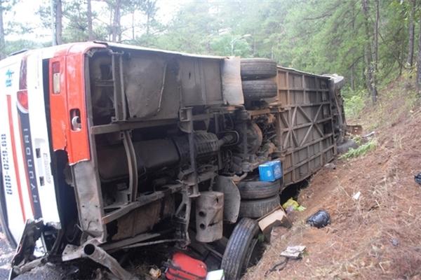 Xe khách BKS 60B – 02968 của Công ty Du lịch Lê Mỹ tại hiện trường vụ tai nạn