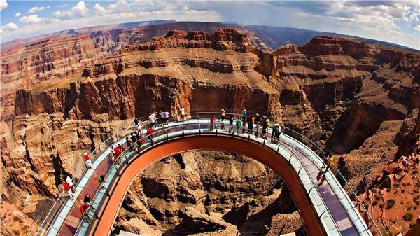 Grand Canyon Skywalk với cầu kính hình vành móngngựa nhô hẳn ra ngoài vách núi đá. (Ảnh: Internet)