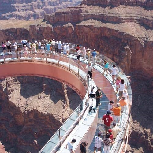 Bạn có dám quăng mình trên cầu trượt trong suốt ở độ cao 305m?