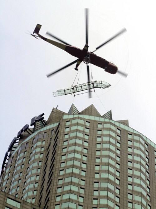 Để có thể lắp được thang trượt, người ta đã phải dùng đến máy bay trực thăng. (Ảnh: Internet)