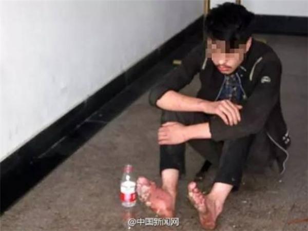 Khi được hỏi, anh chàng này cho biết,mình đã bỏ nhà đi lang thang và chưa ăn gì trong 3 ngày nay. (Ảnh Internet)