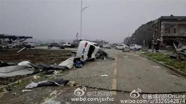 """Lốc xoáy """"càn quét"""" thành phố Diêm Thành, tỉnh Giang Tô, Trung Quốc... (Ảnh: Weibo)"""