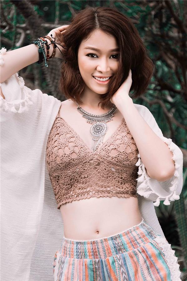 Trong bộ ảnh mới nhất,Trương Tùng Lan khoe vẻ đẹp đậm chất Á Đôngvới phong cách Bohemian style.