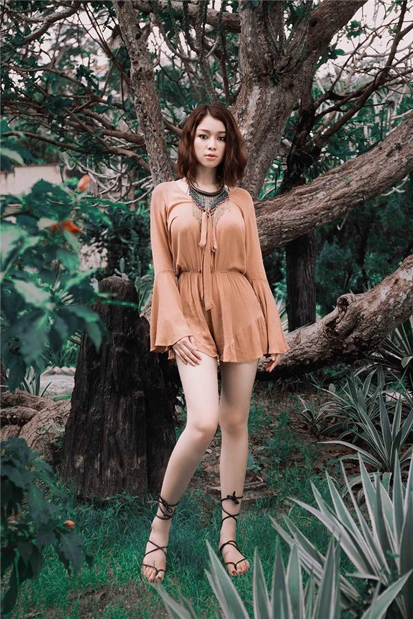 Thời trangBoho mà Trương Tùng Lan yêu thíchđược biết đếnnhiều với tên bohemian hay boho chic. Đâylà phong cách của những cô nàng du mục phóng khoáng, bay bổng.