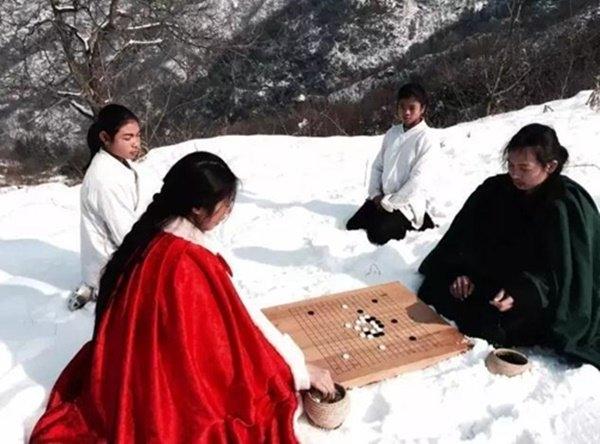 Khó tin trước cặp vợ chồng rủ nhau lên núi để sống như phim kiếm hiệp