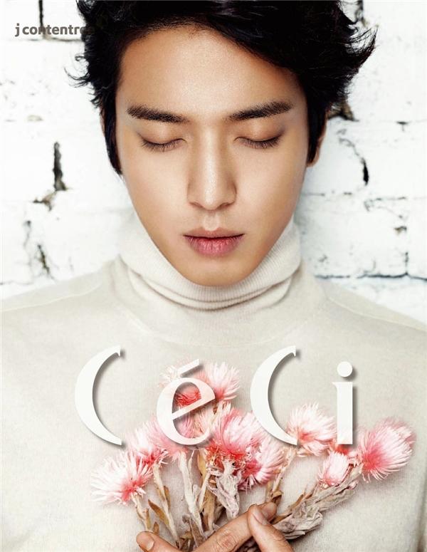 Yong Jung Hwa - chàng trai tài năng của CN BLUE có thể đàn ông khi cần và đôi lúc cũng mang vẻ mềm mại của phụ nữ. (Ảnh: Internet)