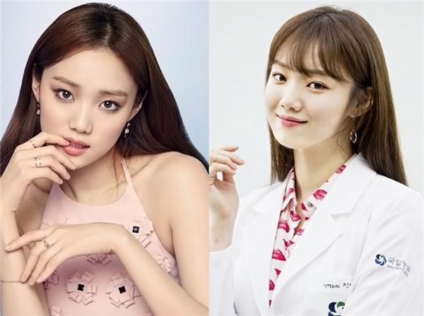 Cạnh tranh với Park Shin Hye trong Doctors, Lee Sung Kyung cũng theo kịp xu hướng mái ngang. Trông cô nàng dịu dàng hơn hầu hết những vai diễn cá tính từ trước đến nay.