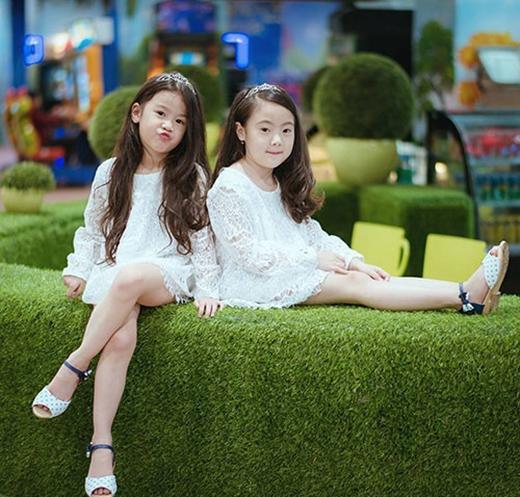 Trong bộ váy trắng, mái tóc dài xoăn nhẹ, hai cô bé - một 5 tuổi, một 7 tuổi - nhận được nhiều lời khen xinh như công chúa