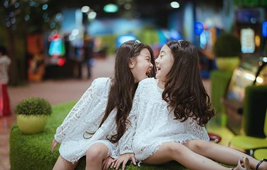 Vì thường được mẹ mua quần áo đôi nên phong cách của hai chị em khá giống nhau.