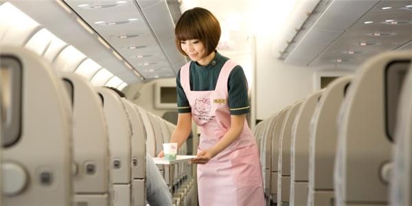 Những nữ tiếp viên hàng không xinh đẹp và tươi tắn trong bộ đồng phục màu hồng nữ tính. (Ảnh: Internet)