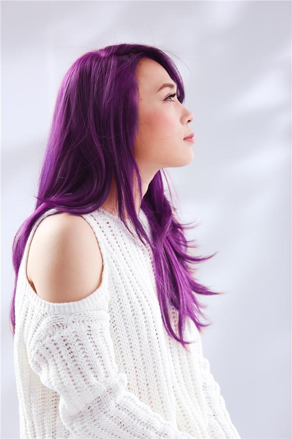 Mái tóc tím đầy ấn tượng chính là điểm nhấn và làm dấy lên sự tò mò của khán giả. - Tin sao Viet - Tin tuc sao Viet - Scandal sao Viet - Tin tuc cua Sao - Tin cua Sao
