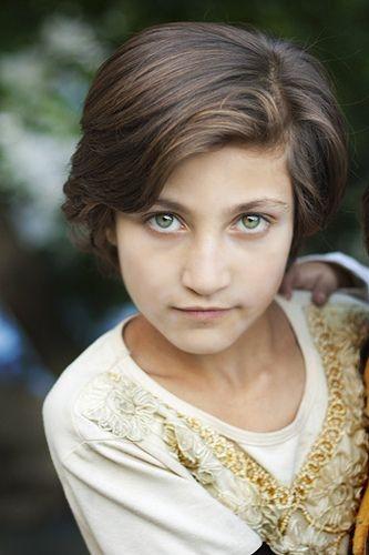 Ánh mắt xanh sâu hút hồn của một bé gái người Hunzas.