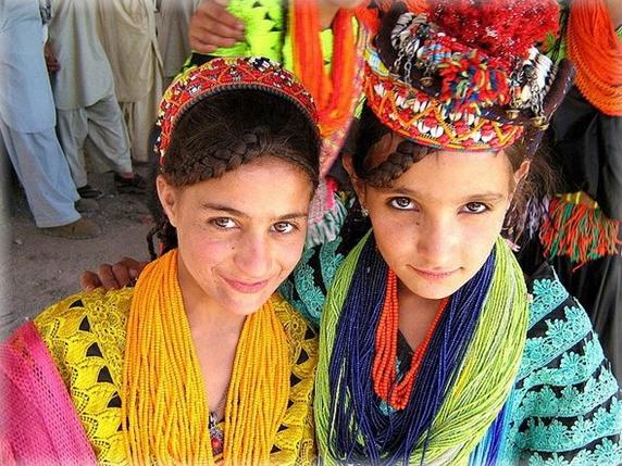 Người Hunzas trong trang phục truyền thống sặc sỡ sắc màu.