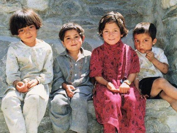 Những em bé cùng nhau ngồi cho thợ ảnh chụp bức hình kỷ niệm.
