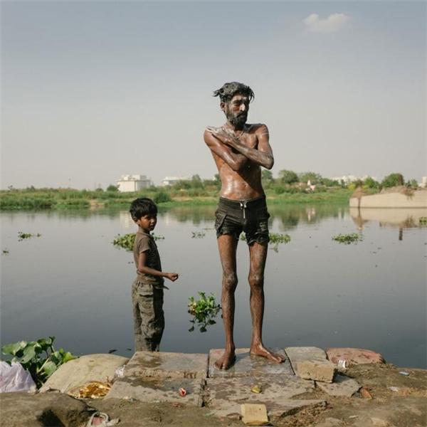 Hai cha con đang kiếm một bãi sông sạch để tắm, nhưng có vẻ không có sông nào là sạch.