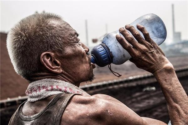 Những bình nước có một chút dơ nhưng vẫn được các công nhân hàng ngày sử dụng, khi cơ thể đổ nhiều mồ hôi sẽ gây mất muối vì vậy để duy trì sức lực họ thường cho muối vào bình nước.