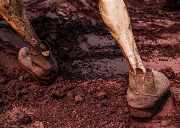 Đôi chân gầy gò của những người công nhân đang cố sức làm việc.