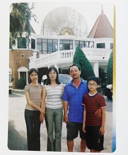 Bức ảnh hồi nhỏ của Ngọc Hiếu cùng gia đình và chị gái Hương Giang. Sau nàykhi dự thi Vietnam Idol, cô đã lấy tên và CMND của chị gái để đăng ký và nghệ danh bắt nguồn từ đó. - Tin sao Viet - Tin tuc sao Viet - Scandal sao Viet - Tin tuc cua Sao - Tin cua Sao