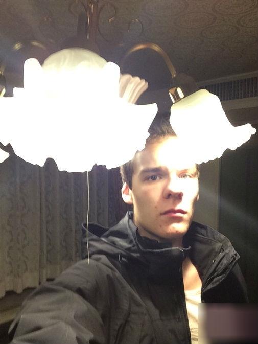 Đèn chùm cũng trở thành đèn để bàn theo chiều cao của anh ta