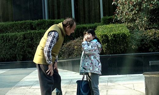 Dù mới 6 tuổi, bé đã đứng ngang vai ông nội. (Ảnh: Internet)