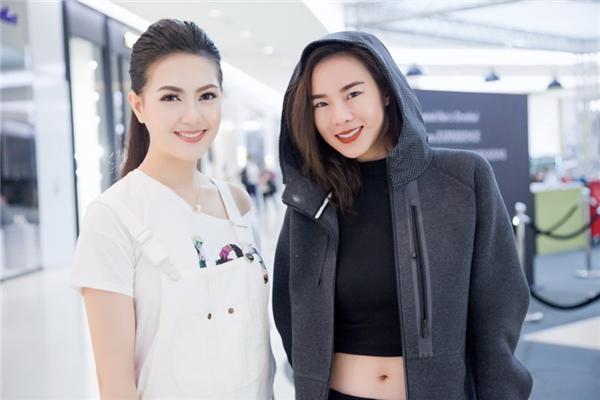 """Mai Hà Ngânchụp ảnh lưu niệm cùng Cris Howang, nữ huấn luyện viên cực""""hot"""" của chương trình The Face Thái Lan mùa 2."""