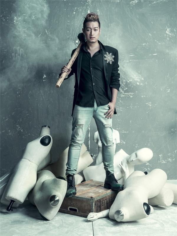 Nhiếp ảnh gia Samuel Hoàng giữ vai trò cầm cân nảy mực trong 2 mùa giải liên tiếp của Vietnam's Next Top Model.