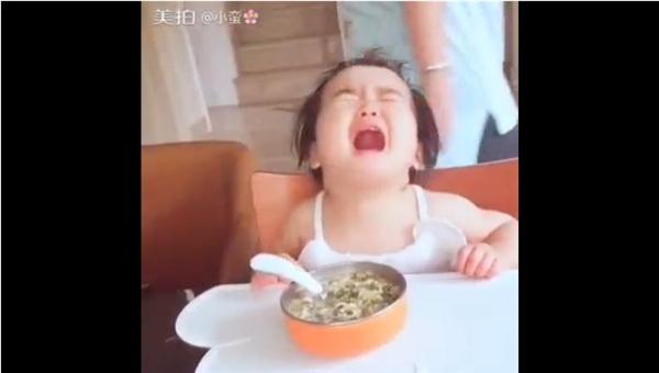 Tiểu Mangào khóc khi đồ ăn trước mặt mà chưa được ăn. (Ảnh : Internet)
