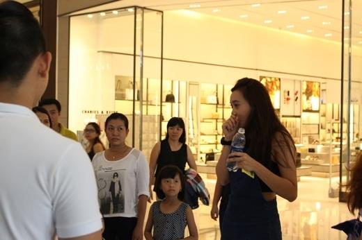 """Là một trong những người may mắn đầu tiên khám phá chiếc gương đặc biệt này, bạn Nguyễn Minh Trâm không giấu được sự thích thú: """"Mình không nghĩ có thể trải nghiệm một điều thú vị như vậy tại Việt Nam, mình rất bất ngờ khi được nhìn thấy bản sao thuần khiết của cơ thể mình trong tấm gương""""."""