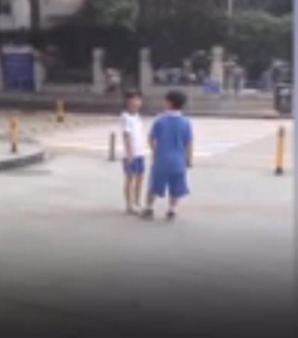 Hai cô cậu nhóc cãi nhau ngay giữa phố đông.(Ảnh: Chụp từ clip)