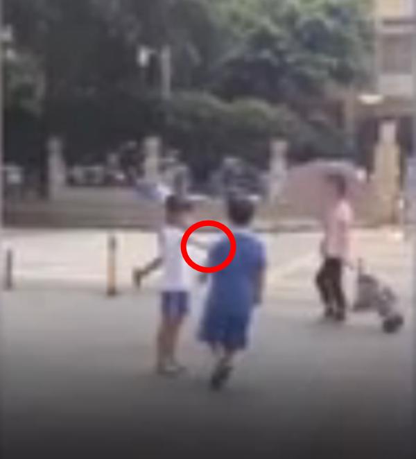 """Cô bé đẩy tay """"bạn trai"""" đầy giận dữ.(Ảnh: Chụp từ clip)"""