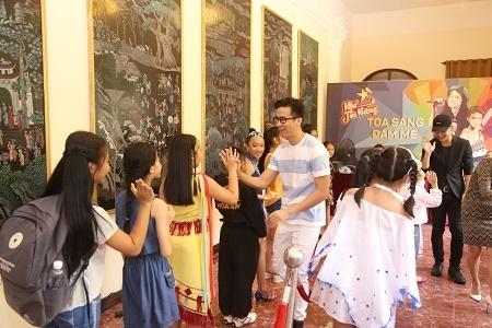 Lần đầu tiên làm việc với các em nhỏ trong một chương trình truyền hình thực tế nên các nghệ sĩ tỏ ra rất thich thú, không ngại ngần khi trao đổi, vui đùa và động viên.