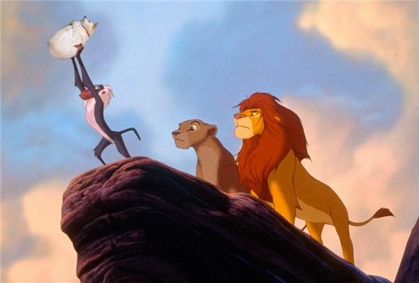 Sư tử bố: Ném nó đi! Oai nghiêm của ta đã bị mất đi chỉ vì con heo này. (Ảnh: Mèo Mốc)
