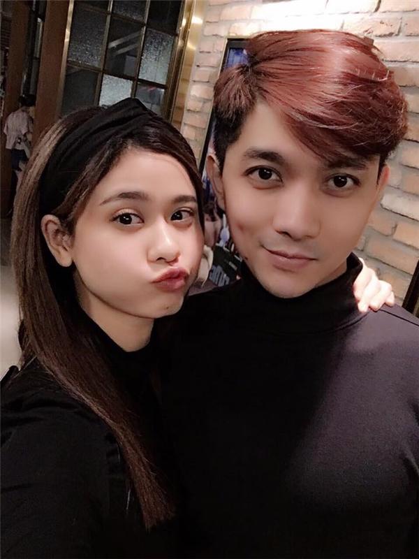 """Tim chia sẻ hình ảnh mặc đồ đôiđi hẹn hòvới bà xã Trương Quỳnh Anh và không quên hỏi các fan:""""Tỉ lệ giống nhau là bao nhiêu?"""""""