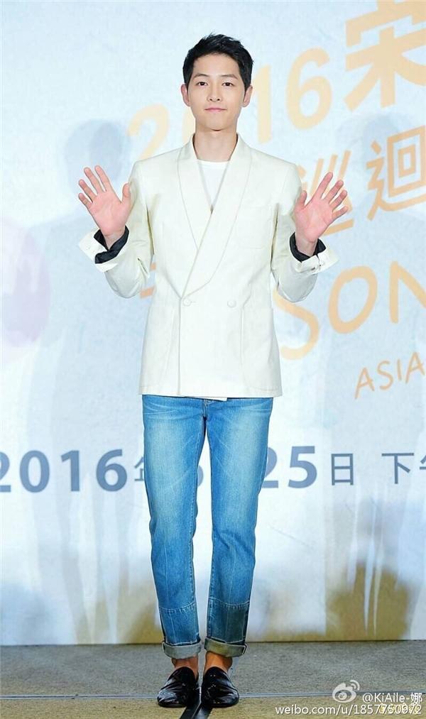 Biểu cảm đáng yêu của Song Joong Ki khi uống trà sữa và ăn bánh quẩy