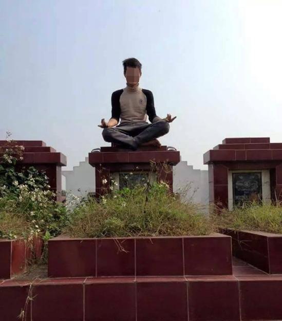 Ngồi lên bia mộ người đã khuất cũng là một cách để thu hút sự chú ý. (Ảnh: Internet)