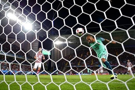 Đây là khoảnh khắc Ricardo Quaresma kết liễu số phận Croatia ở phút 117. Cú đánh đầu nối gợi liên tưởng đến tình huống Nani làm hỏng pha ghi bàn của Cristiano Ronaldo trong trận giao hữu giữa Bồ Đào Nha với Tây Ban Nha cách đây vài năm. Thật may cho Bồ Đào Nha vì hôm nay Quaresma đã thành công.