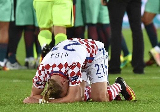 Hậu vệ Vida - nguời theo kèm Ronaldo trong tình huống định mệnh, gục đầu xuống sân nức nở.