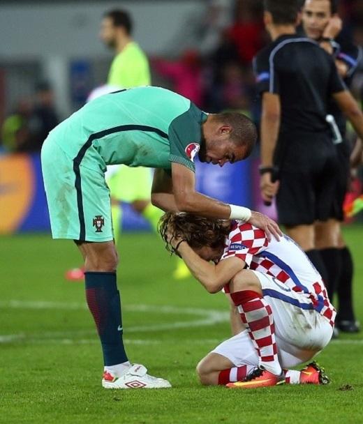 Nhạc trưởng Luka Modric vừa ăn mừng chức vô địch Champions League với Real Madrid cách đây 1 tháng. Bây giờ thì anh lại gánh nỗi đau cùng dân tộc.