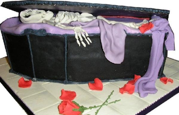 14. Chiếc hòm mở dở, một bộ xương trắng muốt cộng thêm những cánh hoa hồng rơi lả tả quả là một ý tưởng không tồi để dọa người.