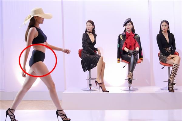 Điểm trừ lớn của Khánh Ngân đội Phạm Hương chính là vòng 2 quá to. Khi trình diễn bodysuit, phần bụng của cô tạo thành những ngấn hõm sâu trông không đẹp mắt.