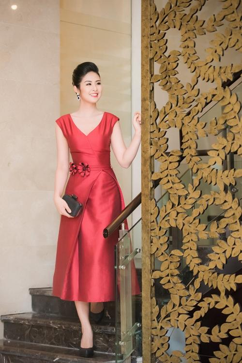 Ngọc Hân vẫn trung thành với phong cách thanh lịch khi rạng rỡ trong bộ váy đỏ có phom cổ điển.