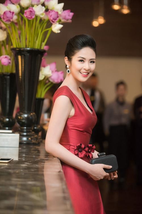 Phần cổ khoét sâu vừa phải và chi tiết đính hoa ở eo giúp Hoa hậu Việt Nam 2010 trở nên cuốn hút như một tiểu thư.