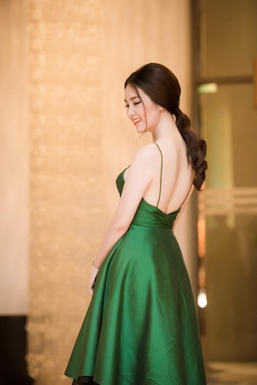 Á hậu Thuỵ Vân lại gây ngạc nhiên nhờ hình ảnh gợi cảm của khi mặc váy xanh trễ nải vòng 1.