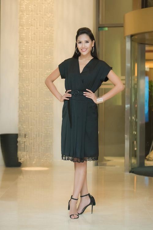 Hoa hậu Biển Nguyễn Thị Loan khá 'an toàn' với váy đen kín đáo. Thời gian này, người đẹp Thái Bình tích cực hoạt động trong cả vai trò MC.